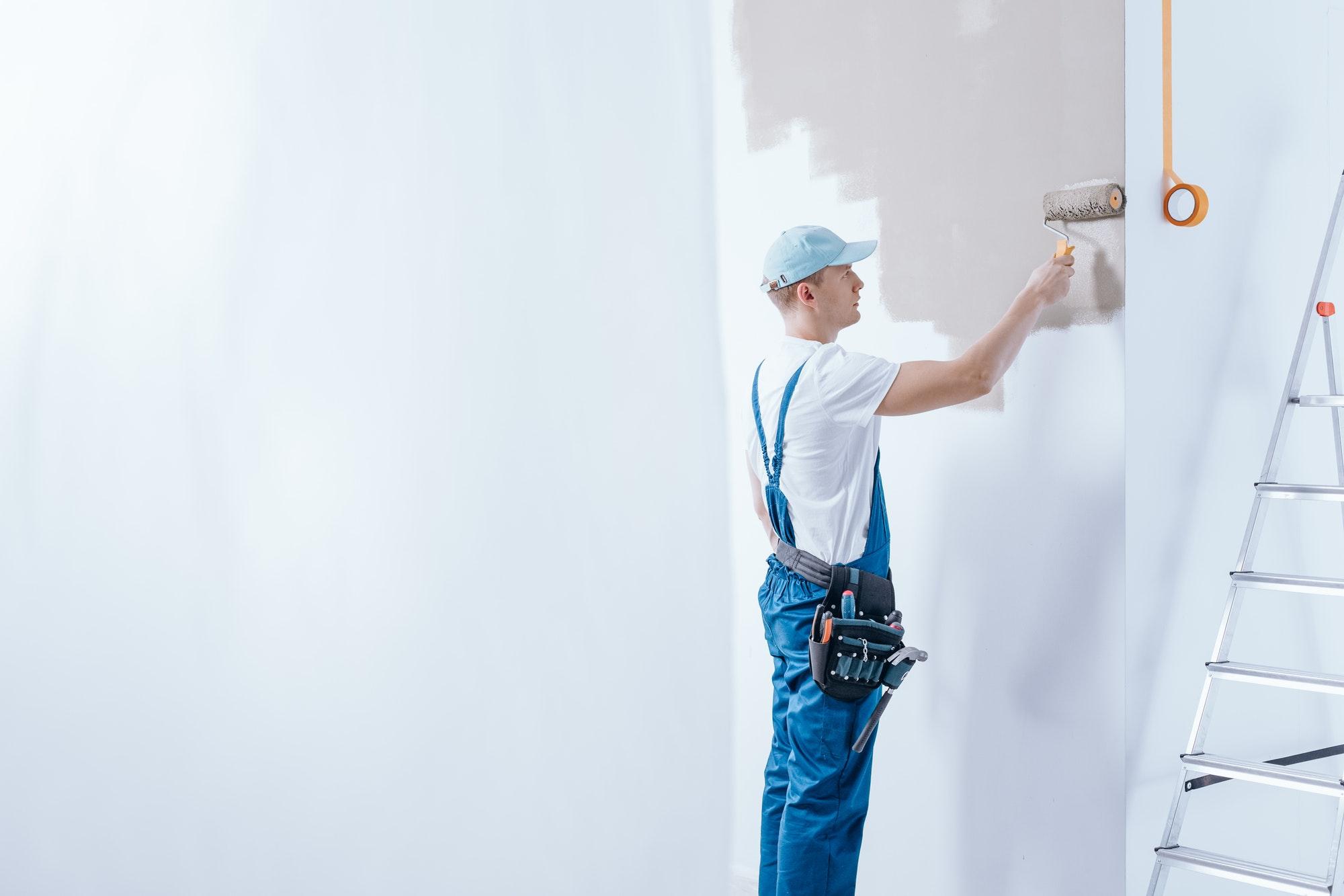 Bygningsmaler, Norh Maler Valby hjælper kunde med maling.