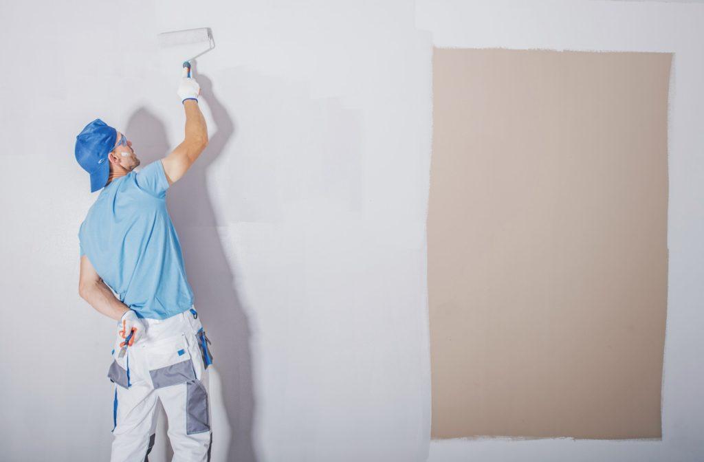 Norh Maler Valby hjælper kunde med maling.